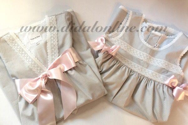 Camisón y batín en gris con lazadas rosas