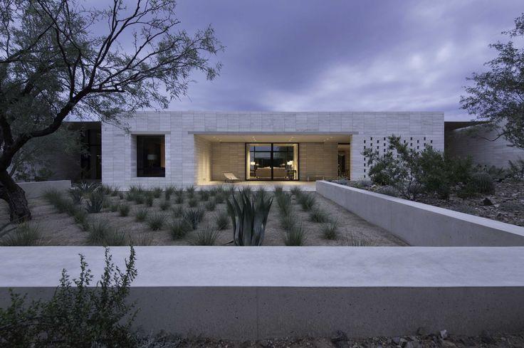Construído na 2014 na Paradise Valley, Estados Unidos. Imagens do Matt Winquist Photography. Umterreno de dez acres no deserto. Uma arquitetura moderna, mas arcaica; de paredes que contém espaços e espaços que contém paredes.