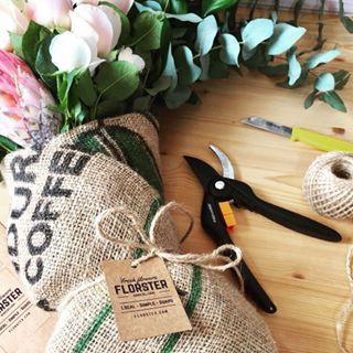 Diseñamos ramos de flores diferentes cada día envueltos en sacos de café reciclados.Flores locales, frescas y de temporada.Flores a domicilio en bicicleta.