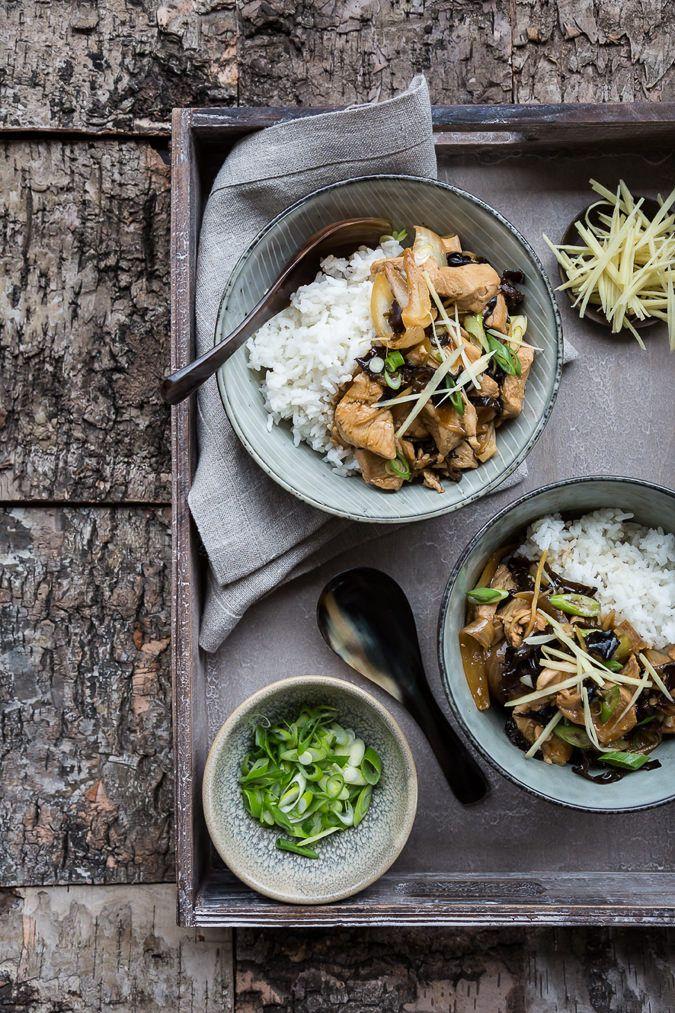 Lynhurtig, sund og lækker wokret med kylling, ingefær, østerssauce og kinesiske svampe.