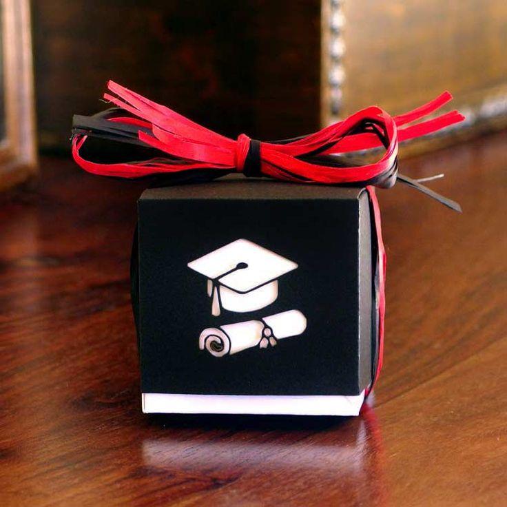 <B><FONT COLOR=FF0000>(Novedad) :</b></font> Caja cubo bicolor para graduación, personalizada con nombre y fecha, 3 bombones y cinta para el lazo<br>- Medidas: 6x6x6 cms.