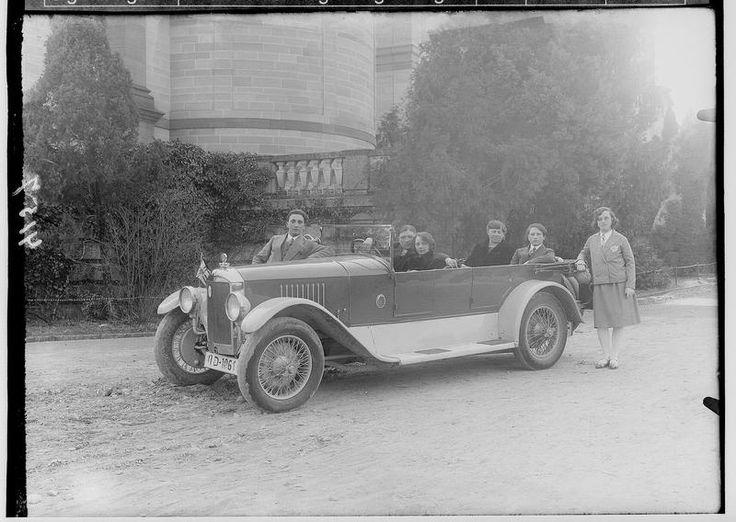 Automobil der fürstlichen Familie Hohenzollern-Sigmaringen; im Hintergrund Hedinger Kirche - Deutsche Digitale Bibliothek