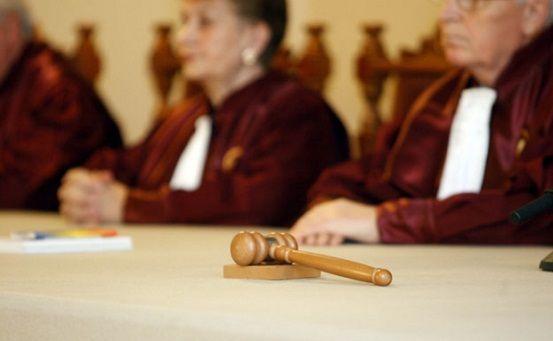 Articolul 276 din Codul Penal privind limitarea libertatii de exprimare, cel care ar fi prevazut inchisoare pentru presiuni asupra Justitiei, a fost abrogat prin votul comisiei juridice a Camerei Depu