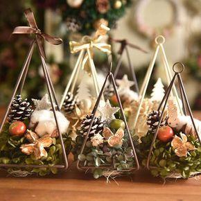 【kanakophoto】さんのInstagramをピンしています。 《並ぶと可愛い。さんかくツリー。 白と緑があります。 ・ Honey Garden のクリスマスのお店がオープン。日本橋三越・11月30日(水)〜12月13日(火)まで。2週間です。 ・ #ハニーガーデン #花 #リース #花のある暮らし #アトリエ #花屋 #flower #wreath #fleur #honeygarden #インテリア #christmas #ハンドメイド #ナチュラル #japan #緑 #花雑貨 #トピアリー #結婚式 #北欧 #秋 #クリスマス #アーティフィシャルフラワー #シャビーシック #クリスマスリース #ツリー #テラリウム #リボン #松ぼっくり》