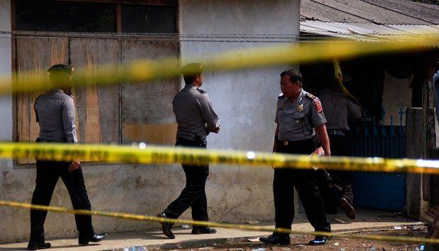Bandung - Sejumlah personel polisi masih berjaga di rumah kontrakan yang sebelumnya ditempati te...