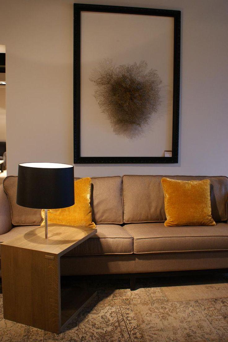 BAAN Showroom Waddinxveen I Okergeel en zwart zijn perfecte accentkleuren om een neutrale bank te laten 'knallen'. l 2014