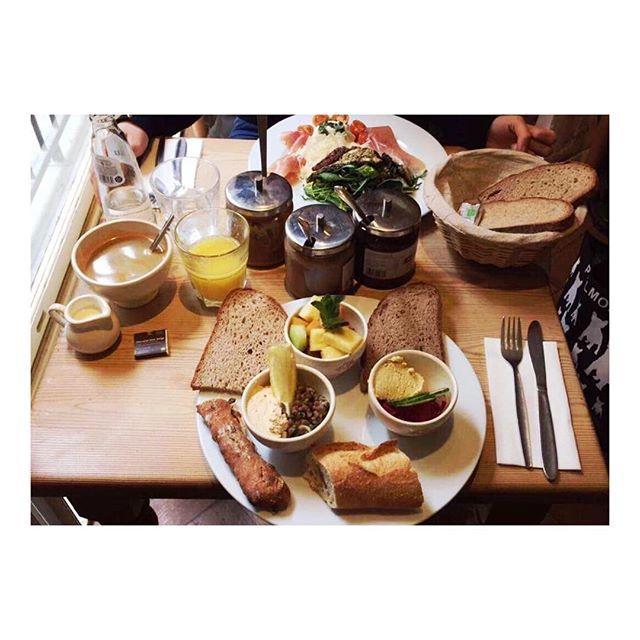 Le Pain Quotidien Leuven serveert eenvoudige, gezonde en duurzame gerechten als ontbijt, brunch, lunch en diner. Gemaakt met biologische ingrediënten daar waar mogelijk, onze menu bestaat uit soepen, salades, tartines, gebak en heerlijk ambachtelijk bio brood. Het menu bevat tevens veganistische en vegetarische gerechten.