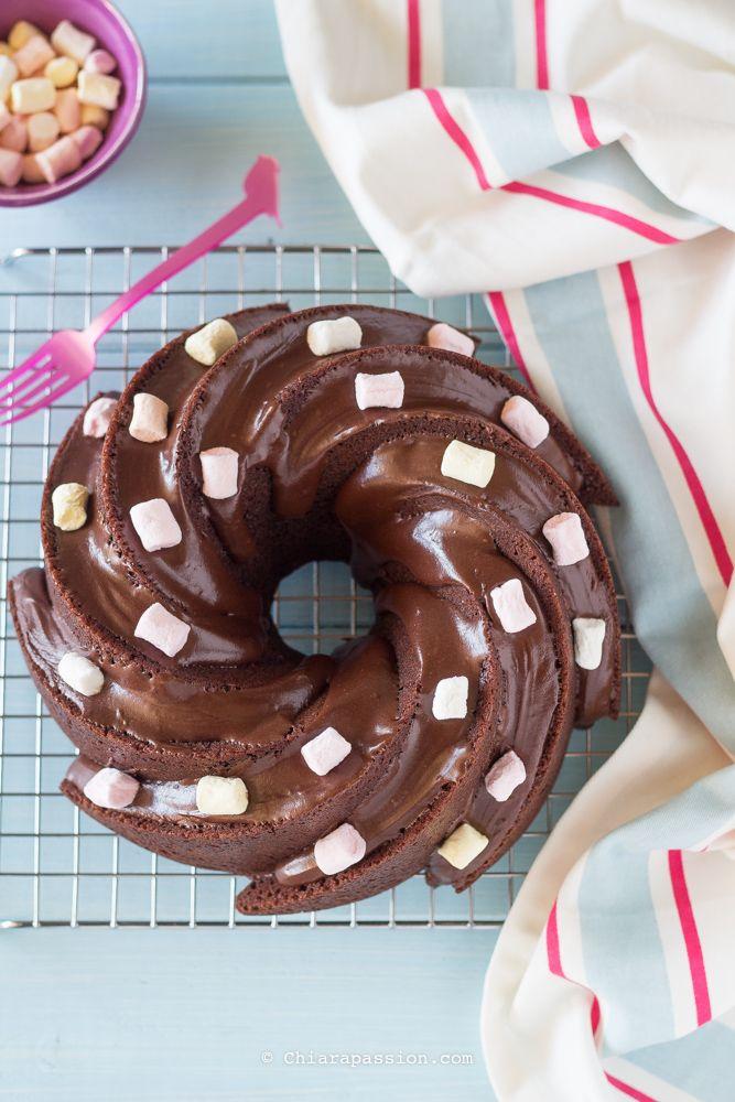 Oggi vi regalo la ricetta della mia Torta al cioccolato preferita, un mio cavallo di battaglia super godurioso: Ciambella alla panna e cioccolato. E'una torta che faccio e rifaccio da sempre, se ho voglia di un dolce cioccolatoso, che soddisfi le mie voglie, non ho dubbi, preparo la ciambella alla