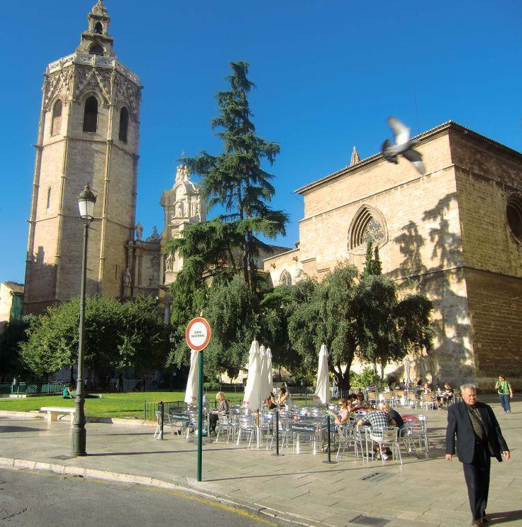 Plaza de la Reina, éen van de drie fraaie pleinen, midden in het centrum Valencia. Op de achtergrond de klokketoren van de kathedraal.