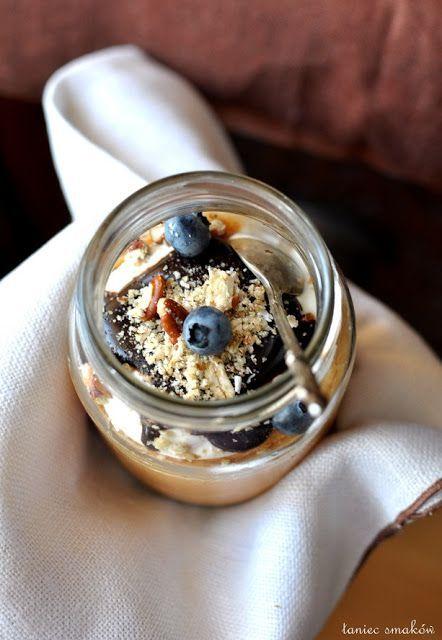 Morelowe mrożone desery z orzechowym spodem i gęstą polewą