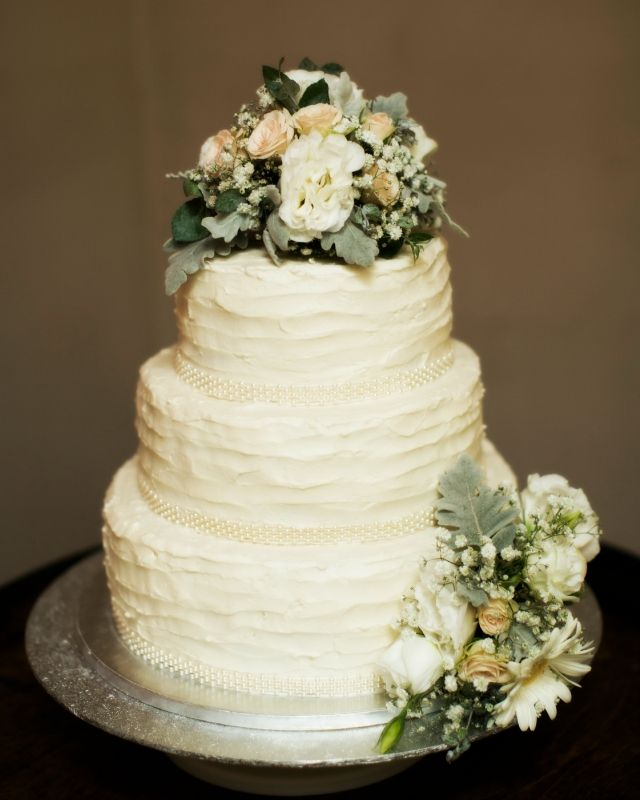 Perfect Floral adornments for the wedding cake