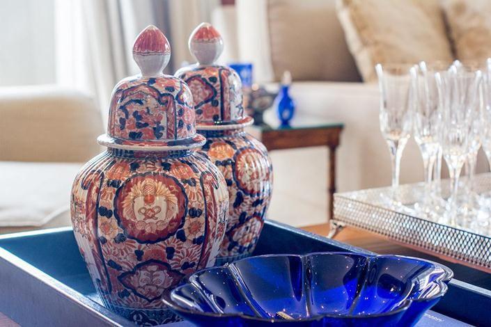 Décor clássico com potiche azul e rosa no apartamento de Tamara Rudge.