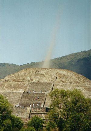 Haz de Energia Pirámide de la Luna en Teotihuacan