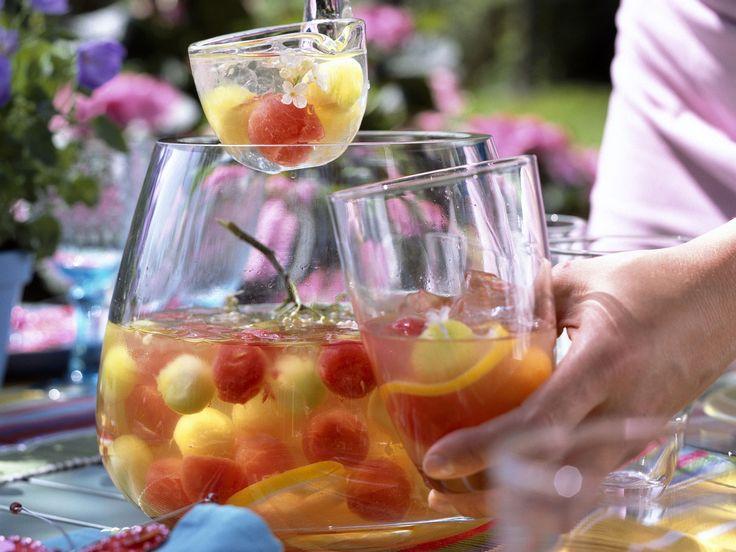 Mit dieser Bowle wird jede Gartenparty ein Hit! Holunderbowle mit Melonenbällchen - smarter - Zeit: 30 Min. | eatsmarter.de
