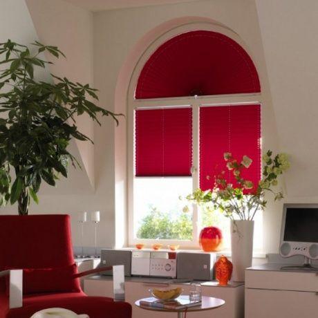 Cortinas vermelhas plissadas janelas em arco