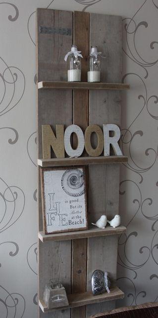 Tijdschriftenrek of wanddecoratierek van steigerhout. Stoere en warme uitstraling.
