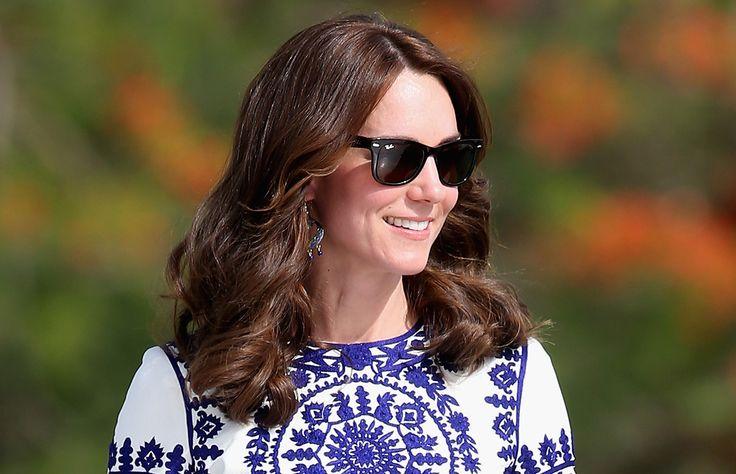 La duquesa sorprende con otra pieza low cost en su gira por la India y Bután, esta vez se trata de unos aretes que compró en un mercado de artesanías.