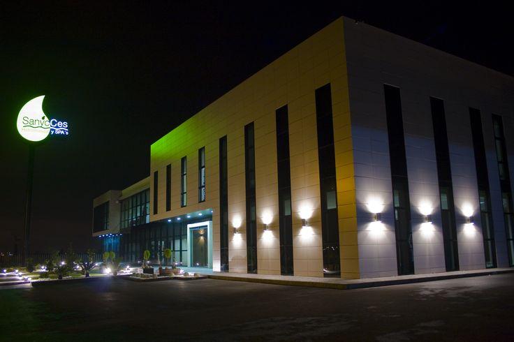 fachada instalaciones sanycces noche