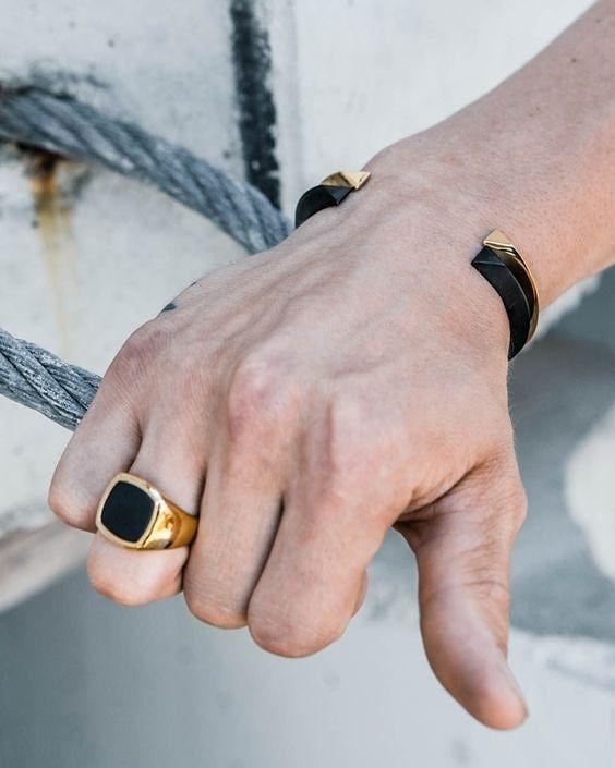 c2fdc1124d2c Está combinación de negro con dorado en accesorios masculinos es perfecta  para llevarla con look informales