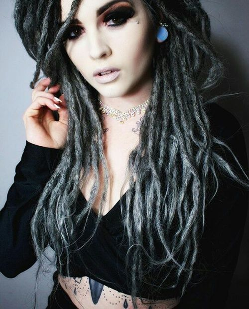 dreadlocks, girl, and gray Bild