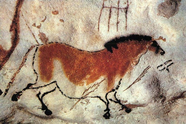 Lascaux – jaskinia krasowa, we Francji. Rysunki i malowidła wykonane na ścianach w okresie paleolitu (17 000 – 15 000 lat p.n.e.). Głównie zwierzęta roślinożerne (jelenie, byki, bizony i konie), obrysowane czarnym, grubym konturem wypełnionym plamami czerwieni i czerni.  Malowidła zostały wykonane farbami otrzymanymi za pomocą barwników pochodzenia naturalnego: Farby nakładane były palcami lub pędzlami wykonanymi z włosia lub mchu.