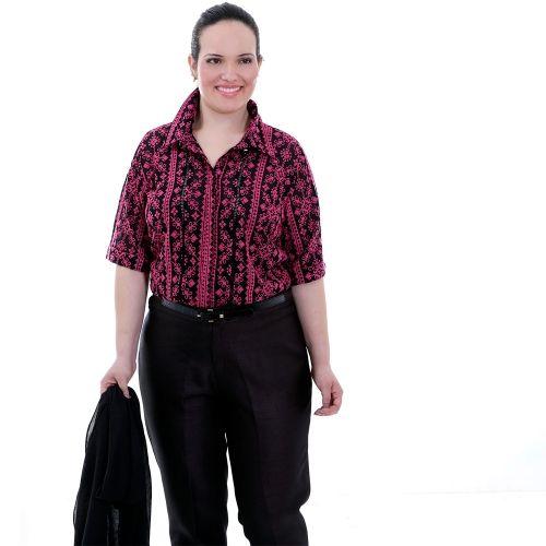 Camisa Dolce Vita Pink Plus Size - Camisa Dolce Vita  Camisa em musseilene preta bordada em pink, com gola e pé de gola, detalhe de ajhur preto nas laterais do botão, botão coberto, mangas 3/4 com barra italiana. Uma camisa bem elegante esta.  Marca - VICKTTORIA VICK Plus Size  Composição Têxtil:  100%Poliester
