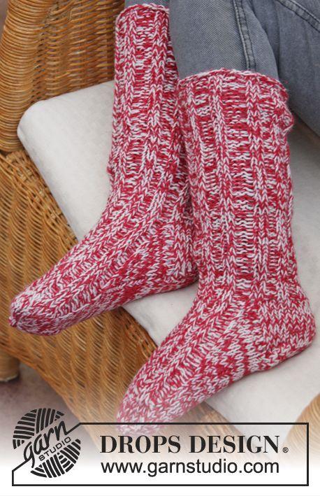 """DROPS Kerst: gebreide DROPS sokken met boordsteek van 2 draden """"Fabel"""". Maat 29 - 46. ~ DROPS Design"""