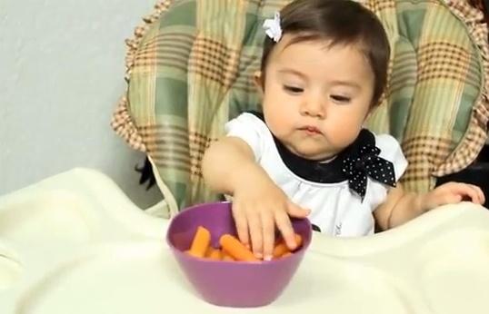 Un alimento ideal para tu bebé son los deditos de zanahoria bien cocida o de plátano maduro.  Verás que se divierte mucho comiendo en este formato.