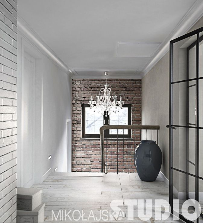 Całkiem przestronną klatkę schodową urządzono w bardzo ciekawym stylu. Elegancki żyrandol dodaje szyku i wytworności we...