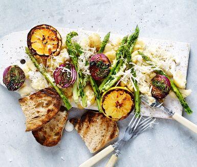 Gör plats för det gröna på grillen! VEGO Sparris, citronhalvor och rödlök grillas och serveras med krossad färskpotatis som vänds i gräddfil och toppas med färsk, riven pepparrot. Härliga sommarsmaker!