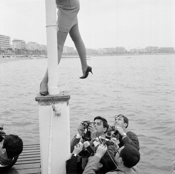 Persfotografen aan het werk op het filmfestival in Cannes, Frankrijk (1967)