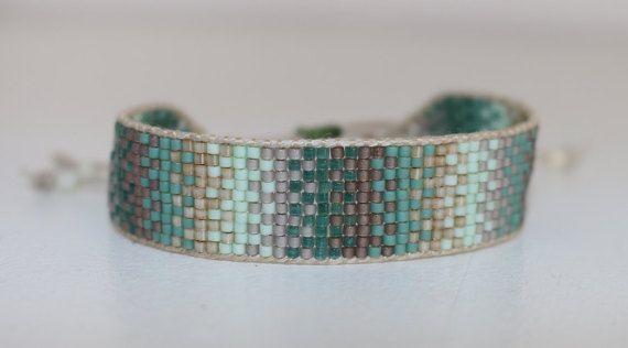 Bracelet en perles miyuki tissées, largeur 15mm. sur un cordon en lin couleur naturel. Fermé par un noeud en macramé ce qui permet de
