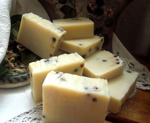 Vůně letního večera-ostružina S vůní léta a lesního ovoce na vlasy i tělo. Přírodní ručně vyráběné olivové mýdlo. Mýdlo je obdařeno překrásnou,silnou vůní ostružiny, s velmi příjemnou čistou vůní ostružin. Pro větší antioxidační účinek jsou přidané sušené brusinky. Je vyrobeno z olivového,kokosového,palmového, luxusního oleje z jader ostružin, ...
