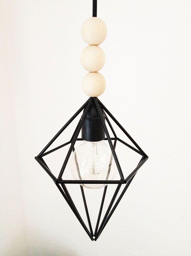 DIY lampe // Lav en dekorativ lampe af noget så simpelt som sugerør! Billede fra Livingonabudget.dk