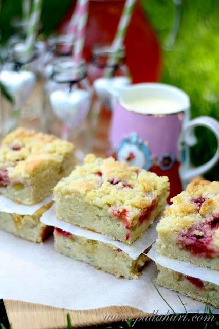 Rhubarb Strawberry Cake (in Finnish)