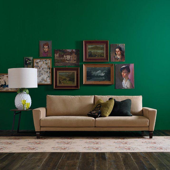 Dieci idee da copiare, per posizionare foto o quadri dietro al divano.