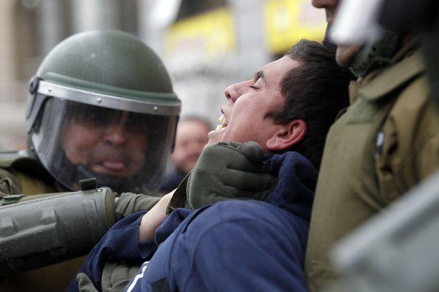 04 de Agosto de 2011/SANTIAGO  En el centro de la capital, frente a la Universidad de Chile, se registraron serios enfrentamientos entre Carabineros y estudiantes, una vez que los últimos intentaran marchar por La Alameda, sin la autorización de la Intendencia.  FOTO:FELIPE FREDES/AGENCIAUNO