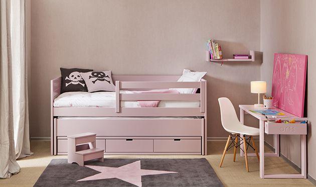 Habitación para una niña con cama extra