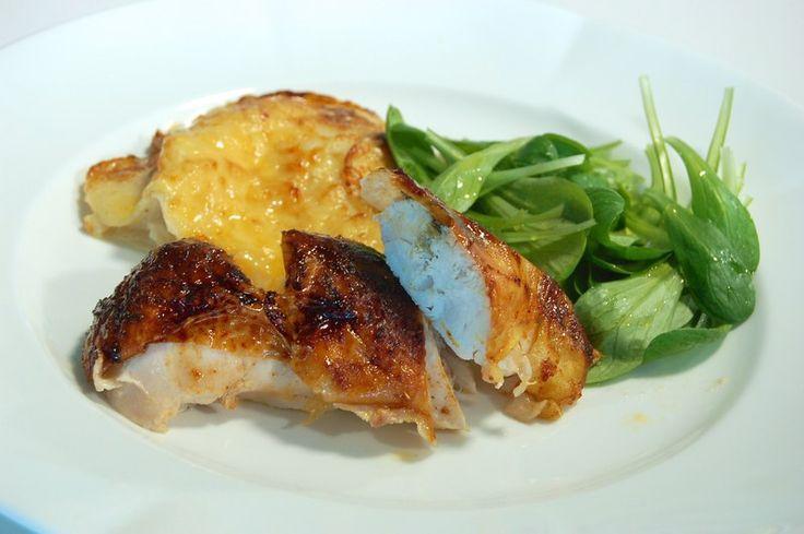 Een overheerlijke met honing gelakte kippenborst en gratin van wintergroenten, die maak je met dit recept. Smakelijk!