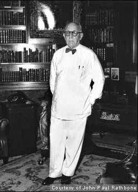 El Rey del oro blanco. Julio Lobo (1898-1983) fue un poderoso comerciante de azúcar cubano y un financiero, desde finales de los años 1930 a 1960. Cuando salió de Cuba al exilio, Lobo fue considerado el corredor de azúcar más poderoso en el mundo. Se incluyen in su fortuna 14 ingenios azucareros, más de 300,000 hectáreas de tierra, un banco, una compañía de seguros, y oficinas en La Habana, Nueva York, Londres, Madrid y Manila.