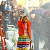 Sarah Jessica Parker fête aujourd'hui son anniversaire. Assez discrète depuis quelques années, l'actrice reste célèbre pour son rôle phare de Carrie Bradshaw, la journaliste new-yorkaise accro à la mode de la série Sex and the City. Courant en tutu après un taxi, déambulant en sweat Christian Dior et jupon dans le souk de Marrakech, osant le mix and match avant l'heure... Le style de Carrie Bradshaw a fasciné et inspiré des milliers de fans dès 1998. Retour sur 20 de ses looks emb...