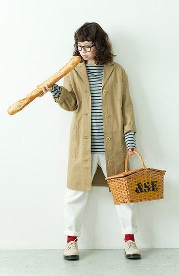 トレンチコートと白パンツを合わせてパリジェンヌ風に☆赤い靴下がさし色になっています。