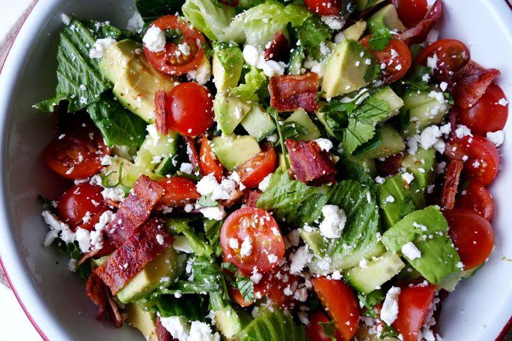 Essa salada é bem fácil de fazer e é uma delícia! Ingredientes Alface 1 abacate 2 mãos cheias de tomatinhos cereja 1/2 pepino 1 mão cheia de cilantro 4 tiras de bacon 1/2 mão …