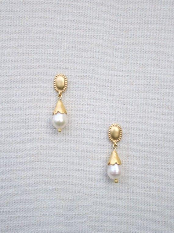 PENDIENTES PERLAS. Los pendientes perlas de La Gorgone cuentan con un diseño original realizado por Cristina Navarro. Estos pendientes de novia son perfectos para combinar con un vestido de estilo romántico o vintage.