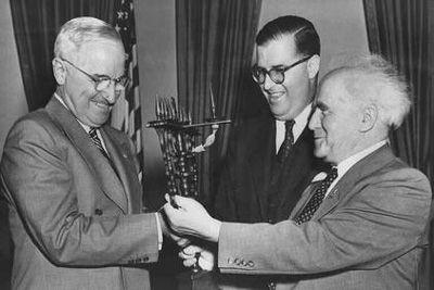 presidentti Harry Truman tapasi Israelin PM David Ben Gurion (oik.) ja suurlähettiläs Abba Eban   Community Post: 65 Years Of US-Israel Solidarity: A Look Into The History Of The US-Israel Relationship