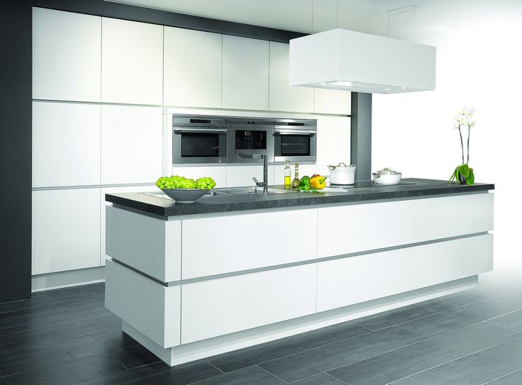 Belgisch design op zijn best: greeploze, witte laminaatdeuren en een eiland volgens het principe 'afwassen en koken in één concept'. De gedurfde combinatie van zwart en wit verleent de keuken een trendy, stijlvolle en trefzekere look.