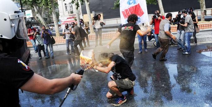 Συγκλονιστικές εικόνες από τα επεισόδια στην Τουρκία: Η αστυνομία έκανε εκτεταμένη χρήση δακρυγόνων για να απωθήσει τους διαδηλωτές