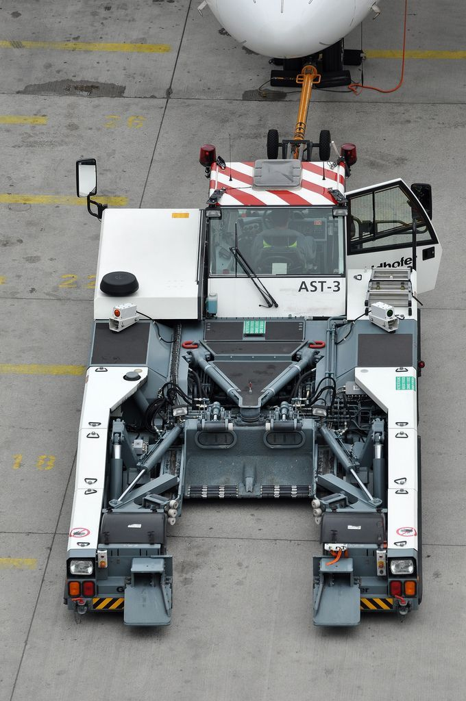 Goldhofer AG 'AST3' towbarless aircraft tractor 男の乗り物