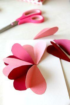 Carte fleurs avec des coeurs découpés, parfait pour entraîner les petites mains…