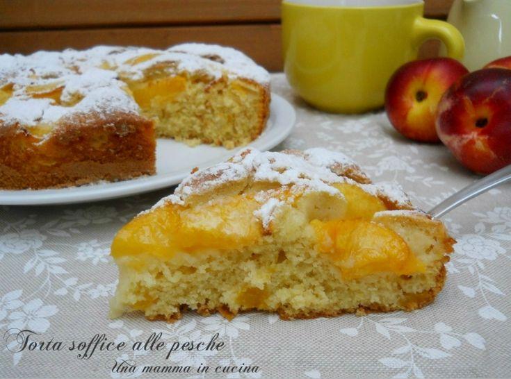 Torta soffice di pesche. La torta soffice di pesche è golosa e fresca, perfetta per la colazione.